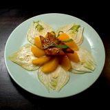 Jaloviinamarinoitu Jalotofu appelsiinin ja fenkolin kera