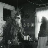 Olkiin sonnustautunut nuuttiparoni miekkoineen Iitin Myllylän kylästä vuodelta 1926. Kuva: Museovirasto. Kuvaaja: Aino Oksanen.