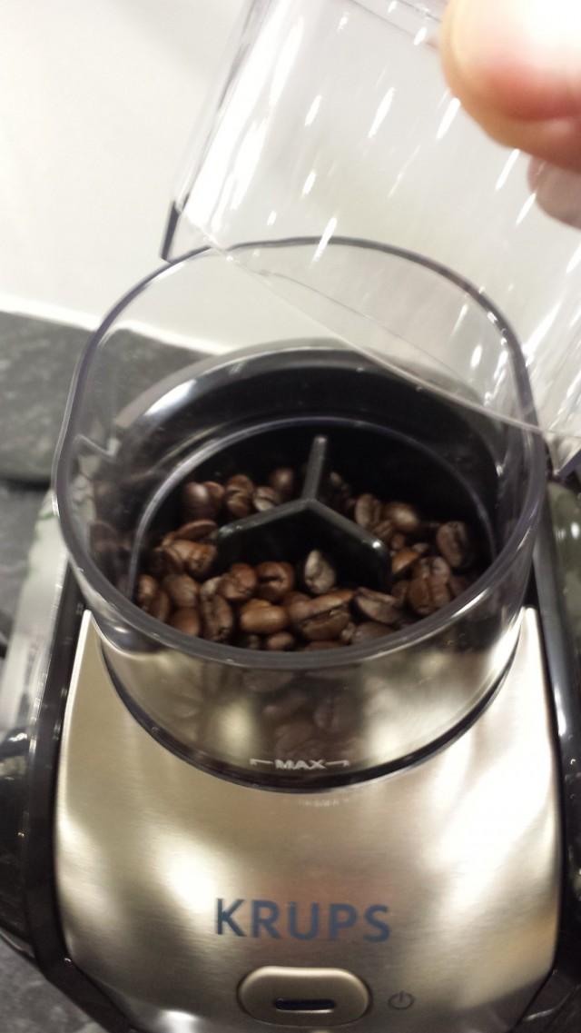Kahvipavut laitetaan kahvimyllyyn, jossa pavut jauhetaan hienoksi tai karkeaksi kahvijauheeksi.