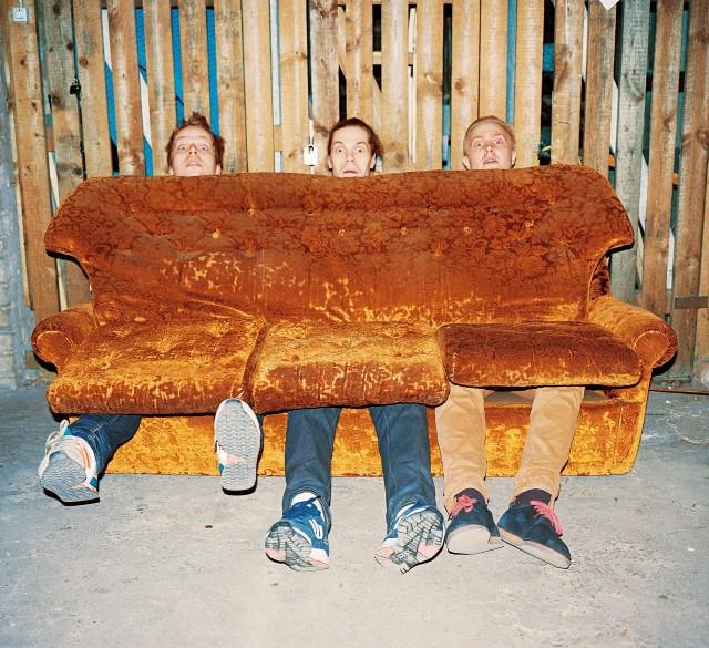 Loost Koos -räppibändi kutsuu sohvalle. Väiski keskellä.