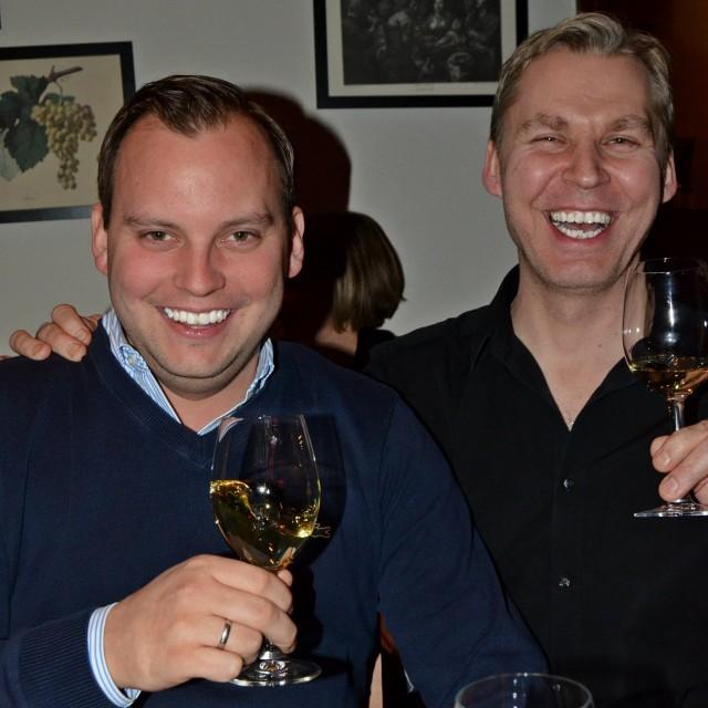 Hymy herkässä. Kuvassa vasemalla itse viinitekijä Victor Diel, kainalossaan Groteskin, mitä mahtavin Paul.