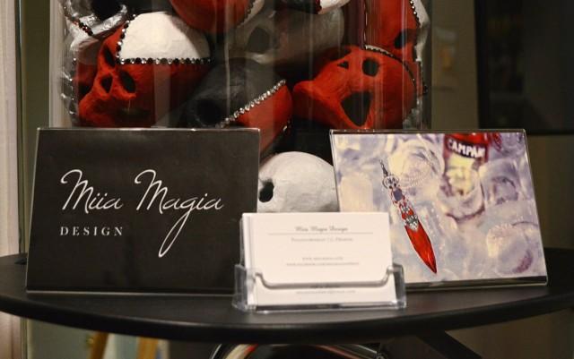 Kekkereihin Miia oli taiteillut pääkalloja, erään kalenterin kuvan mukaan. Oikealla kuvassa upea, Camparille suunniteltu koru.