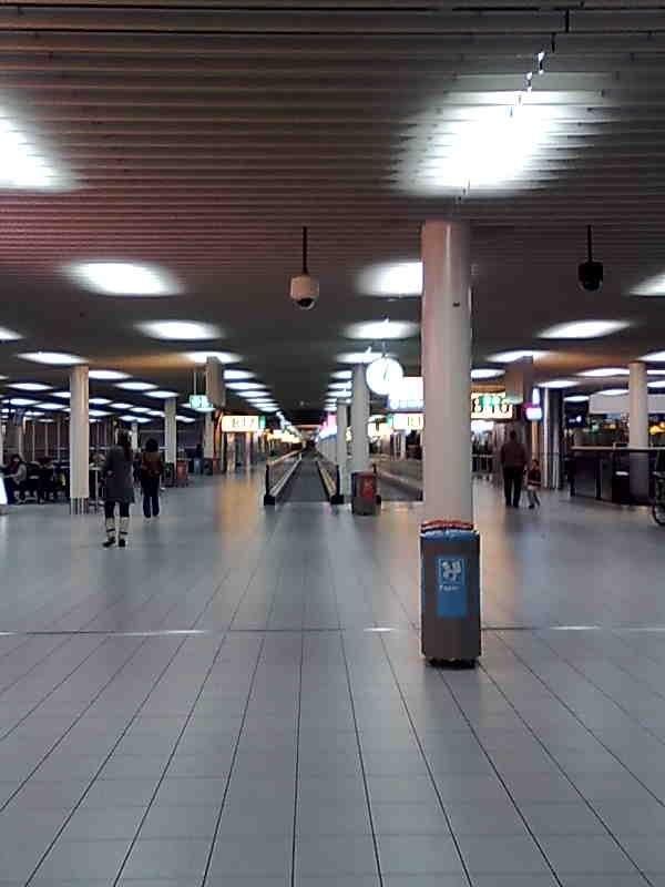 Schipholin lentokenttä, jolla jouduin viettämään yön lumimyrskyn vuoksi