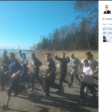 Alexander Stubb esimerkillisesti juoksemassa Lauttasaaren yhteiskoululaisten kanssa. Kuva lainattu Alexander Stubbin facebook -sivulta.