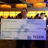 Fluid Interaction Oy:n Kalle Määttä onnellisena 120.000 dollarin palkintoshekki kädessään.
