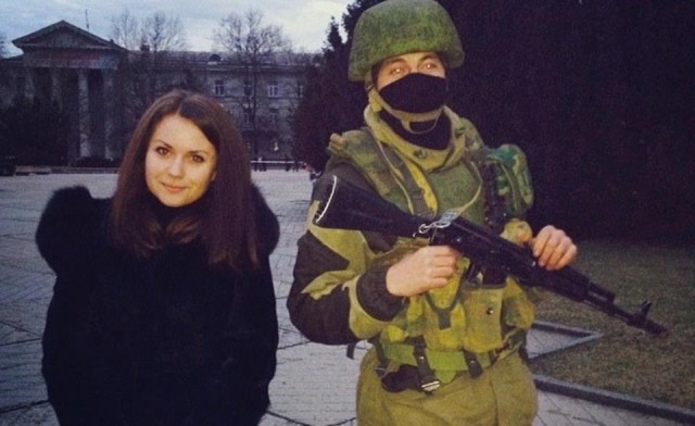 Posing with a Ukrainian soldier. Lähde: Instagram