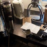Latten valmistuksessa tarvitaan aika monta härveliä. Papuja, kuumaa vettä, espressolaite tai mutteripannu, maidon lämmityslaite sekä vaahdotin.