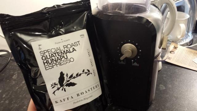 Espressokahvi jauhetaan oikein hienoksi. Vedin kahvinjauhimeni hienoimmalle asennolle. Vasemmalla on hieno jauhatus, oikealla karkea jauhatus. Espresso = hieno jauhatus.
