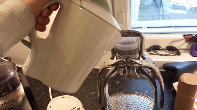 ROK -espressolaitteeseen lisätään vesi ylös. Keitin veden perus vedenkeittimellä. Riittää mun tarpeisiin.