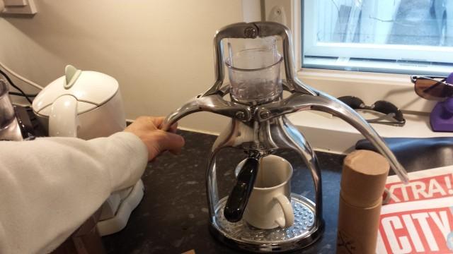 Sitten vaan kahvikuppi kiinni espressolaitteeseen ja voi alkaa valuttamaan vettä kahvin läpi. Sopiva valumisaika on 20-25 sek. Minulla valui nopeammin, joten kahvia oli tod näk liian vähän ja/tai painoin liian nopeasti.