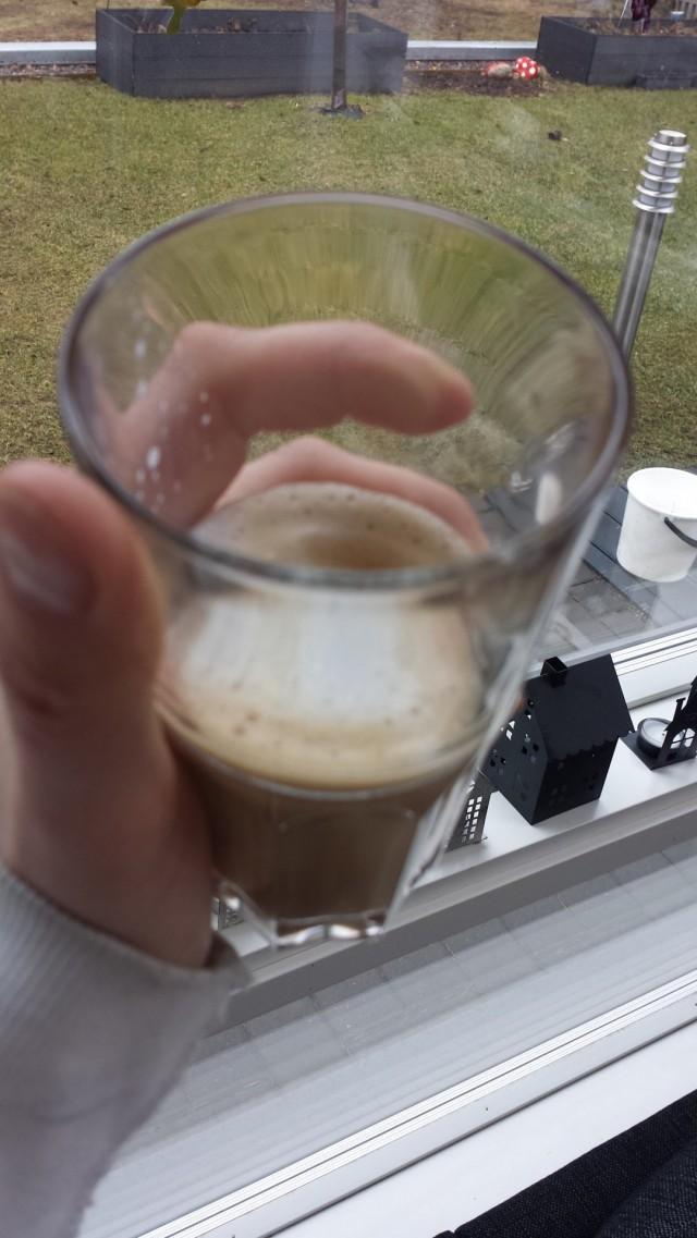 Latte on valmista. Tuli hieman vähän, koska tein espressokahvia liian vähän. Ensi kerralla tuplaespresso ja enemmän jauhoja suodatinkuppiin. Herkullista lattea!