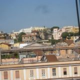 Näkymä huoneeni ikkunasta Rooman kanttojen ylle.