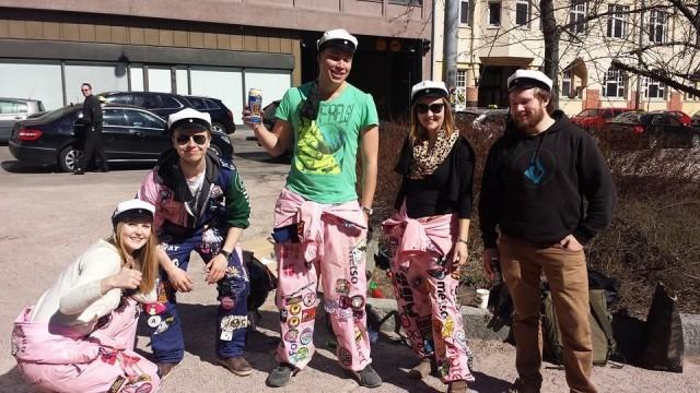 Vappu on tullut kaupunkikuvaan. Stadissa grillailleet ja chillailleet opiskelijat halusivat wappukuvaan.
