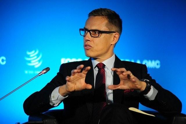 Alexander Stubb ja napakka ote maailmankauppajärjestön tilaisuudessa 2013.