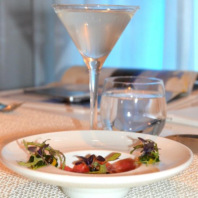 Kevätkaritsaa, kuusenkerkkää ja mustapippuria, lasissa eukalyptusta ja sitrusta.