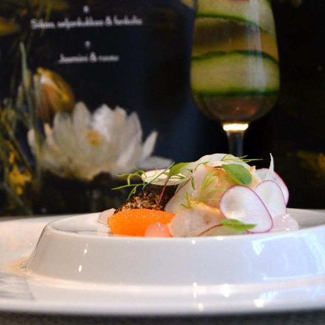 Siikaa, seljankukkaa ja fenkolia, lasissa jasmiini ja ruusu.
