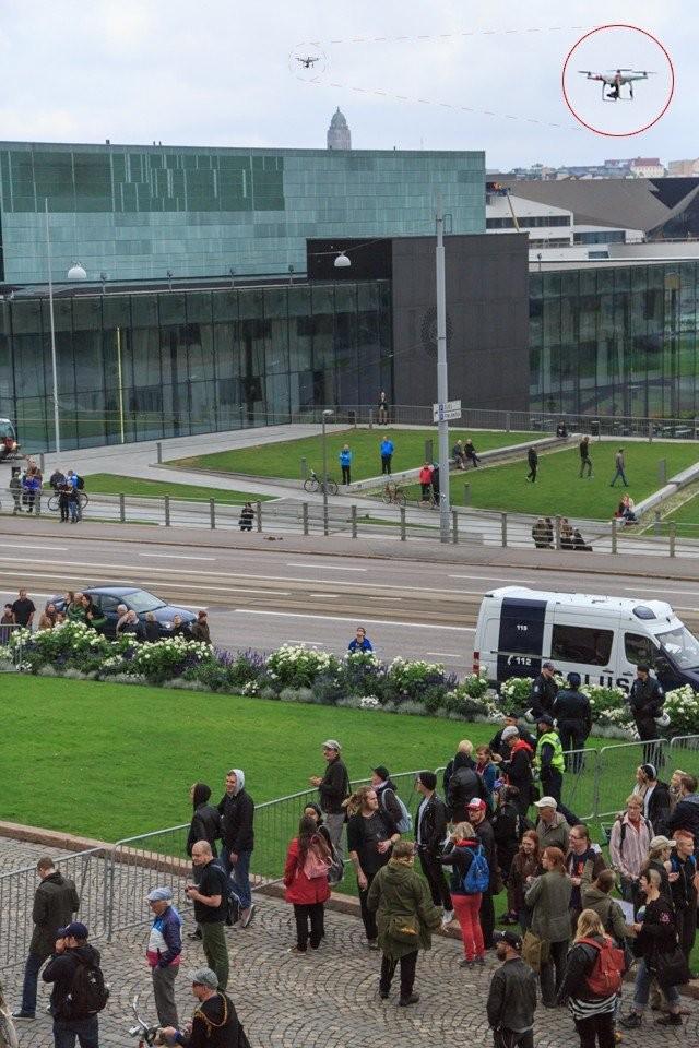 Cityn kuvaaja ikuisti sattumalta My Helsinki -videon kuvauskopterin Hetero Pride -mielenosoituksessa Eduskuntatalolla. Toim. huom. kuvaaja ei osallistunut mielenosoitukseen.