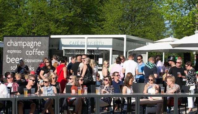 Rymy-Eetun terassi Cafe Rymy houkuttelee asiakkaita.