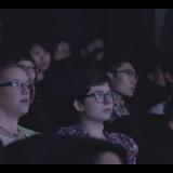 HUI! Nää tyypit ottaa leffateatterissa kännykän käteensä eivätkä huomaa vaaratilannetta!