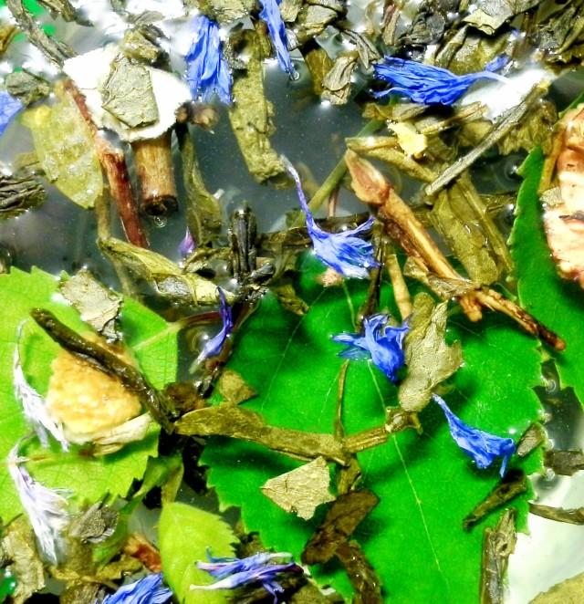 Ripaus koivua, muutama ruiskukka, vihreää teetä, ruusunkukka... kohta olen kaunis, nuori ja kohtaan unelmieni prinssin!