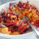 Hedelmäsalaatissa kiva ylläri oli dragon fruit.