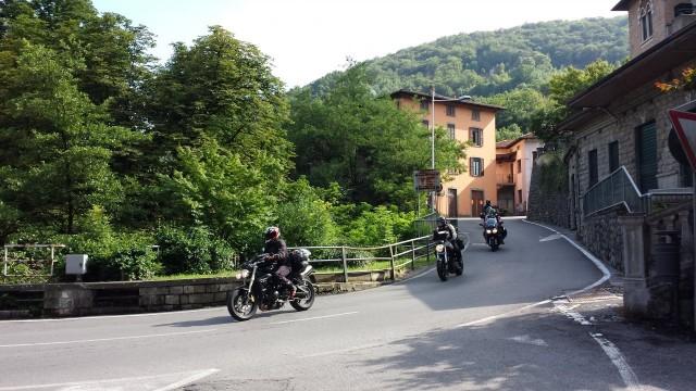 Reittimme kulkee pienten vuoristokylien läpi.