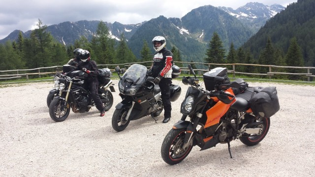 Tältä näyttää pyörä pakattuna matkan päällä. Kuva Italian alpeilta lähellä Castello Molina di Fiemmeä.