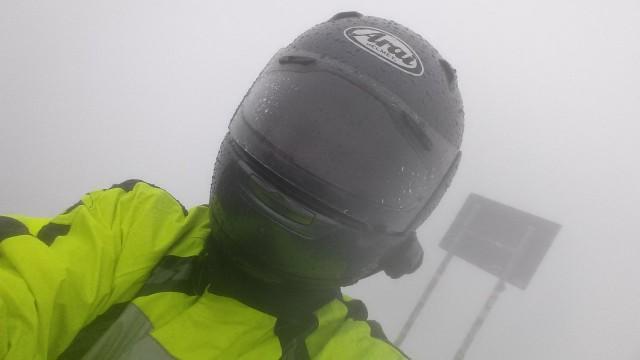 Olen Timmelsjochin huipulla 2.5km korkeudessa. Näpit jäässä ja näkyvyys nolla. On niin kylmä etten saa edes visiiriä auki.