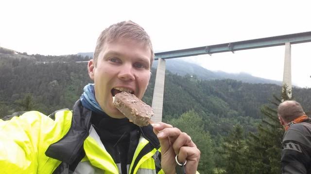 Täydelliseen päivään kuuluu ylämäkiä, alamäkiä, mutkia mutta myös jäätelöä maailman pisimpiin siltoihin lukeutuvan Europabrücken alapuolella.