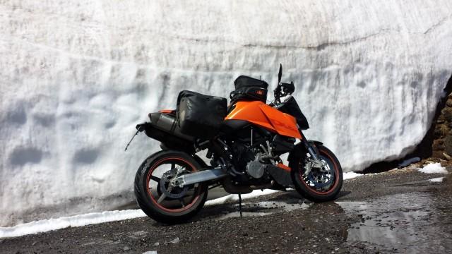 Huipulla oli vielä paljon lunta. Tiet olivat silti sulat.