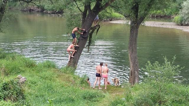 Elämä jatkuu. Auschwitzin ulkopuolella on kiva joki, jossa voi käydä pulahtamassa.