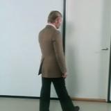 Näin avaat oven oikein. Opetusvideo vuodelta 1979. Kuva Youtube.