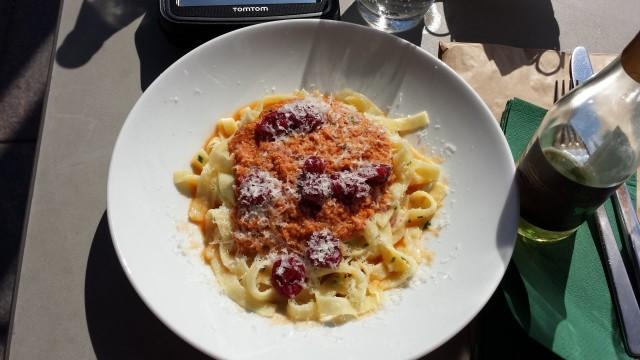 Tagliatelle täyttää vatsaa mukavasti, ehkä vähän liikaakin, mutta ei haittaa, sillä kaniraguu, hillotut tomaatit ja basilika tekevät tagliatellesta raikkaan ja maukkaan.