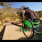 Pyörätuolillakin voi kikkailla. Nauti elämästä. Murra oma lasikattosi. Pystyt jos vain haluat! Kuvakaappaus Youtube
