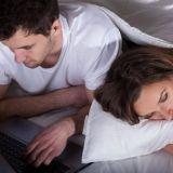 Mies laiminlyö parisuhteen tietokonepelien vuoksi