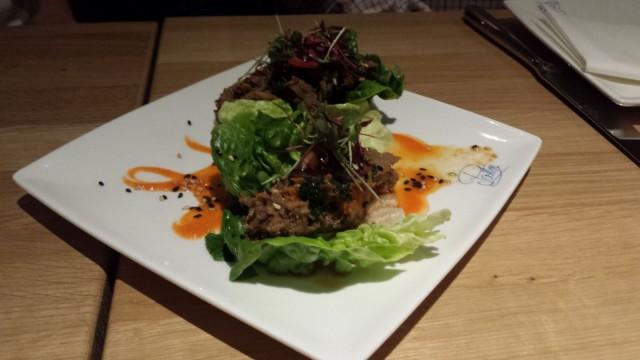 Carne. Revittyä häränrintaa, tamarilloa, salaatinlehti, jalapeno-chimichurria.