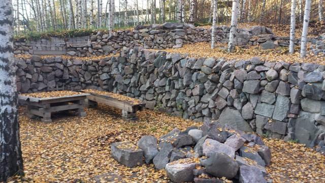 Ilmalassa on harmaista kivistä tehty linna. Kivilinna.