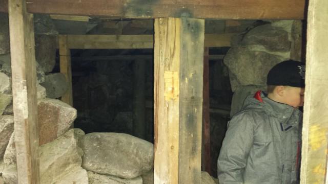 Kivilinnassa oli myös ennen tuhopolttoa puusta tehty päärakennus. Osa on vielä tallella.