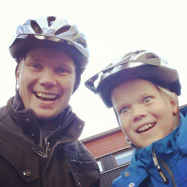 Pyöräily on hyvä harrastus. Kuvassa Ilkka Lavas ja poika Veeti Lavas.