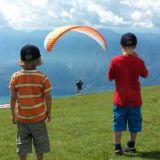 Kuvassa olemme Italiassa Garda -järven viereisen vuoren päällä. Vasemmalla Eetu, oikealla Veeti.