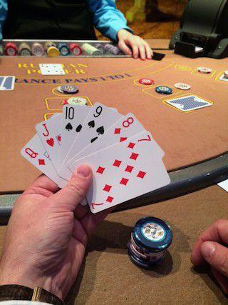 Kuuden kortin käsi tarjoaa vaihtoehtoja.