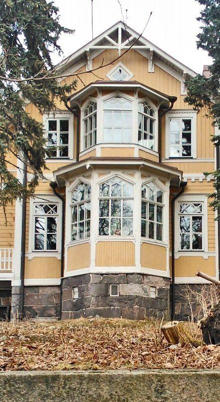 Pauligin huvilaa, jonka erkkeri on kuvassa, on sanottu Töölön kauneimmaksi taloksi.