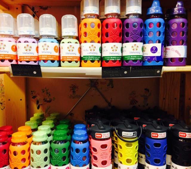 Lifefactoryn tuotteissa yhdistyy moderni design, ympäristöystävällisyys sekä ainutlaatuiset käyttöominaisuudet. Lasiset tuttipullot, juomapullot sekä silikoniset purulelut ovat turvallisia eivätkä ne sisällä terveydelleesi haitallisia kemikaaleja.