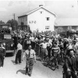 Kuva: Suomen Urheilumuseo CC BY SA Soihtuviesti Himangalla 12.7.1952. Viestiä seuraamaan tullut yleisö täyttää maantien, kuvassa vasemmalla auton edessä soihdunkantaja Anna-Liisa Himanka.