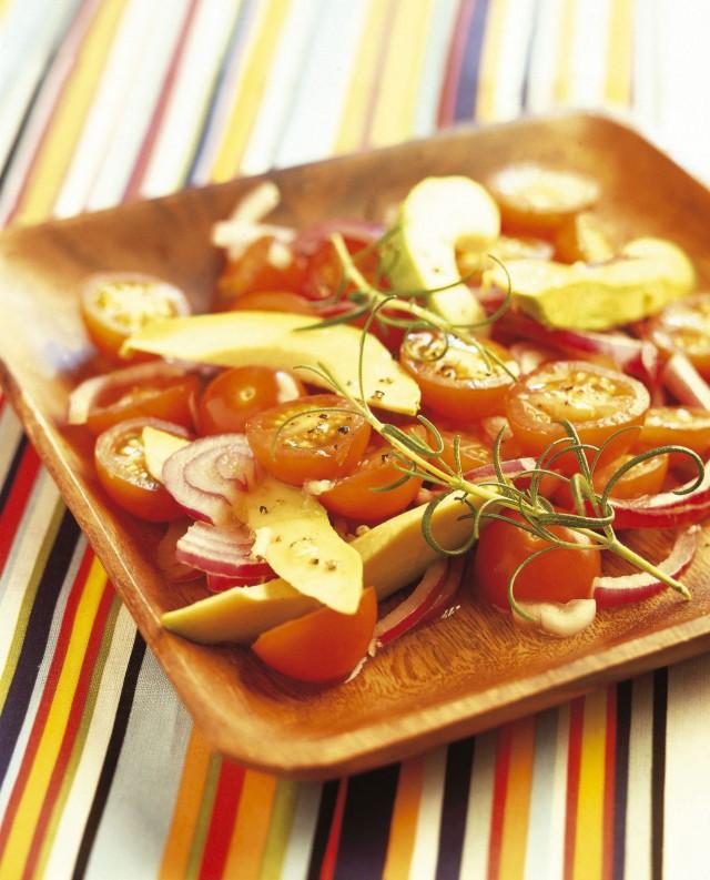 tomaatti-sipuli-avokaadosalaatti by Kotimaiset kasvikset