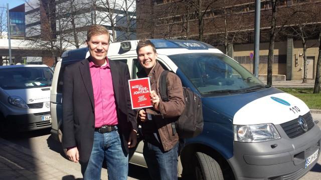 Bloggaaja Jarkko Kurvinen on kirjoittanut kirjan siitä, miten saa toimittajat haastattelemaan itseään kaikkiin aihepiirin juttuihin. Bloggaaja on usein aihepiirinsä paras asiantuntija ja auktoriteetti myös toimittajien mielestä.