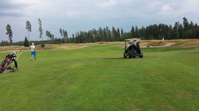 Minä ja meidän pojat (6 ja 8v) Vierumäellä Golf kierroksella. Pojat ekaa kertaa isolla kentällä mukana.
