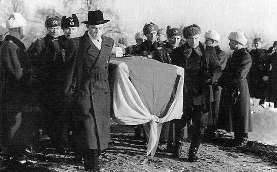 Mannerheimin viimeinen matka: Johan Similä (1906−2002) oikealla kantamassa Mannerheimin arkkua sotamies Eero Seppäsen kanssa. http://www.brantberg.fi/Sotasankarit%20-%20Johan%20Simila.htm