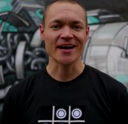 Mikko Järvenpää kertoo keksineensä idean pelattavaan paitaan reppureissatessaan maailmaa ympäri.