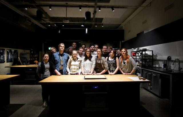 Hella Food -projektin nuoret poseeraavat ylpeinä.